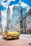 Empire State Building i koloru żółtego taxi taksówka na ulicie Obraz Royalty Free