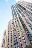 Empire State Building med blå himmel Arkivbilder