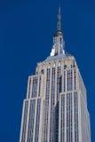 Empire State Building som är nära upp under en klar solig dag Arkivfoto