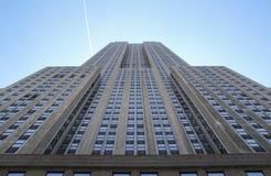 Empire State Building som beskådas från gatan Arkivfoton