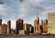Empire State Building som ses från den Long Island staden Arkivbild