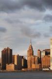 Empire State Building visto da cidade de Long Island durante o nascer do sol Foto de Stock Royalty Free