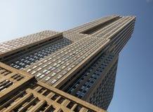Empire State Building visto da 34a rua e do céu azul Fotografia de Stock Royalty Free