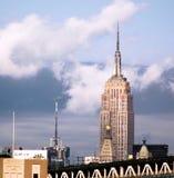 Empire State Building von Brooklyn mit drohendem Himmel lizenzfreie stockbilder