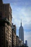 Empire State Building von den Straßen von New York City Lizenzfreies Stockfoto