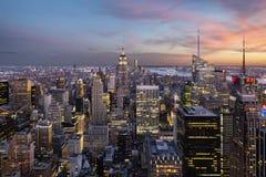 Empire State Building y horizonte de Nueva York sobre hora azul fotos de archivo