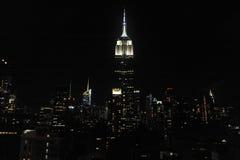 Empire State Building y horizonte en la noche Imagen de archivo libre de regalías