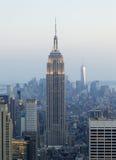Empire State Building y paisaje urbano de Manhattan en la oscuridad Foto de archivo