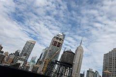 Empire State del Midtown de los edificios de Watertowers New York City fotografía de archivo
