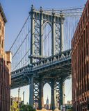 Empire State a través del puente de Manhattan fotos de archivo libres de regalías
