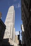 Empire State visto a partir de la 34ta calle y del cielo azul Fotografía de archivo