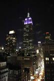 Empire State y Quinta Avenida en la noche Imagen de archivo