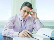 Emplacement aîné d'homme d'affaires dans la chambre de bureau dans la tension Image stock