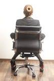 Emplacement arrière de femme de vue sur le fauteuil image libre de droits