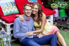 Emplacement coloré pour la photo Les couples beaux se reposent sur le plancher Photos libres de droits