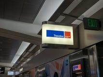 Emplacement d'atmosphère et de signe de Travelex à l'aéroport de SFO Photo stock