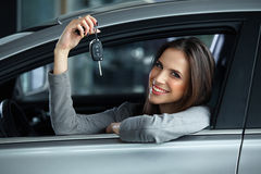 Emplacement de Holding Car Keys de conducteur de femme dans sa nouvelle voiture photos stock