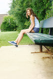 Emplacement de l'adolescence sur un banc Image stock