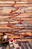 Emplacement de Noël de nouvelle année avec le boîte-cadeau et le petit père noël Photographie stock libre de droits