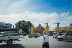 Emplacements d'entrée d'auto-stoppeur de la police de la circulation à Yangon Images libres de droits
