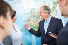 Emplacements professionnels de planification sur la carte pour des affaires globales avec Photo libre de droits