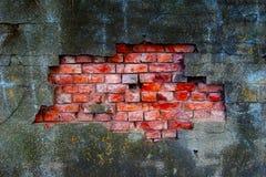 Emplastro velho e danificado na parede de tijolo vermelho Fotografia de Stock
