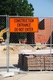 Emplazamiento de la obra con el material de construcción, la cerca del hierro y el tablero de mensaje de advertencia Fotografía de archivo