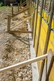 Emplazamiento de la obra con los paneles amarillos de madera apoyados Imágenes de archivo libres de regalías