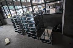 Emplazamiento de la obra con los tubos y el trabajador de aire Imágenes de archivo libres de regalías