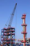 Emplazamiento de la obra de la refinería con la grúa Imagen de archivo libre de regalías