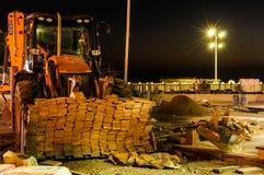 Emplazamiento de la obra de la renovación urbana en la noche Foto de archivo