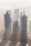 Emplazamiento de la obra de Skyscrappers con las grúas encima de edificios Foto de archivo libre de regalías