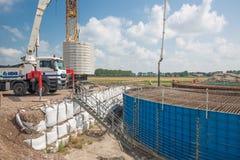 Emplazamiento de la obra de una fundación para una nueva turbina de viento holandesa enorme Imagen de archivo libre de regalías