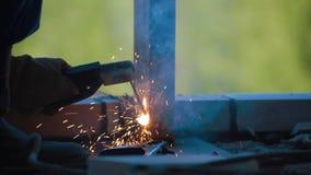 Emplazamiento de la obra del detalle del metal de soldadura del trabajador almacen de video