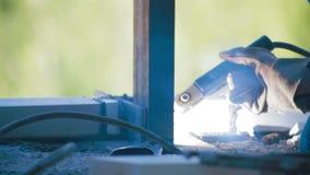 Emplazamiento de la obra del haz del metal de soldadura del trabajador almacen de video