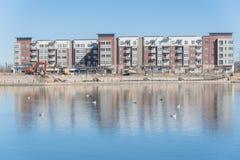 Emplazamiento de la obra del lago cercano complejo Carolyn de la construcción de viviendas en Las Colinas, Irving, Tejas Imágenes de archivo libres de regalías