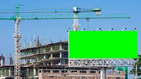 Emplazamiento de la obra del lapso de tiempo y cartelera grande verde almacen de video