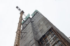 Emplazamiento de la obra del rascacielos bajo tiempo nublado Imagenes de archivo
