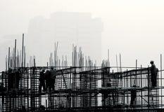 Emplazamiento de la obra en la niebla. imagenes de archivo