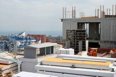 Emplazamiento de la obra en un edificio alto con los bloques de cemento Fotos de archivo