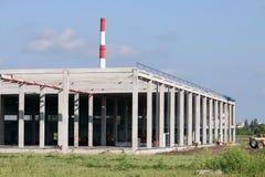 Emplazamiento de la obra de fábrica con los trabajadores Foto de archivo libre de regalías