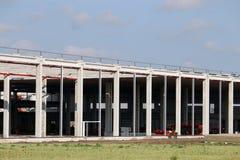 Emplazamiento de la obra de fábrica con zona de la industria de los trabajadores Imágenes de archivo libres de regalías