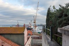 Emplazamiento de la obra, grúa del puerto de la terminal de contenedores fotografía de archivo