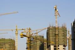 Emplazamiento de la obra moderno bajo el cielo azul Foto de archivo libre de regalías