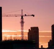 Emplazamiento de la obra ocupado de la ciudad en la puesta del sol imagen de archivo