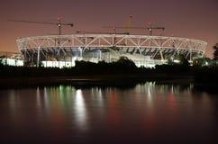 Emplazamiento de la obra olímpico del estadio de Londres en la noche. Imagen de archivo
