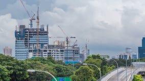 Emplazamiento de la obra de un rascacielos moderno en el timelapse de Singapur metrajes
