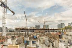 Emplazamiento de la obra de una nueva casa con las pilas y reinfor concretos imagen de archivo