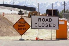 Emplazamiento de la obra y muestra cerrada del camino Imagen de archivo