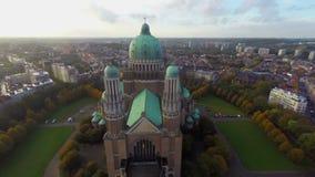 Emplazamiento turístico de Bruselas que ve la basílica vieja del tiro aéreo de la atracción almacen de video